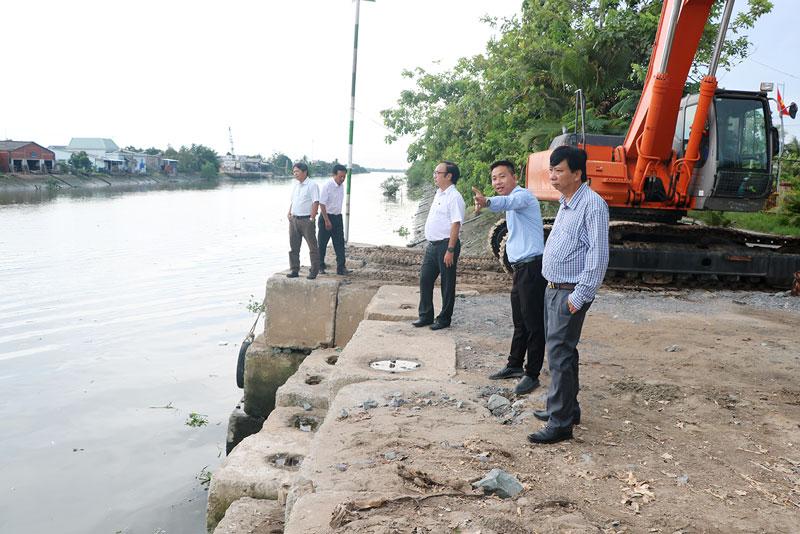 Đoàn kiểm tra hiện trường tại bến tạm xếp dỡ vật liệu xây dựng (mố B, cầu Chợ Lách).