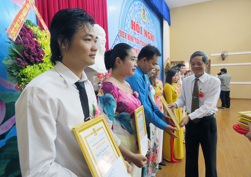 Nguyên Chủ tịch Liên đoàn Lao động tỉnh trao giấy chứng nhận cho công nhân lao động.