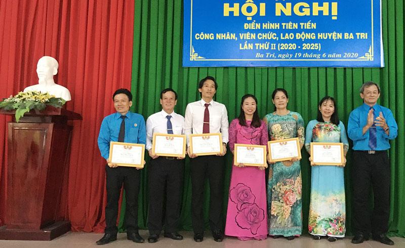 Liên đoàn Lao động huyện khen thưởng các cá nhân điển hình tiên tiến trong giai đoạn 2016 - 2020.