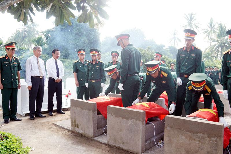 Ban Tổ chức thực hiện nghi thức cải táng hài cốt liệt sĩ về nơi an nghỉ cuối cùng.