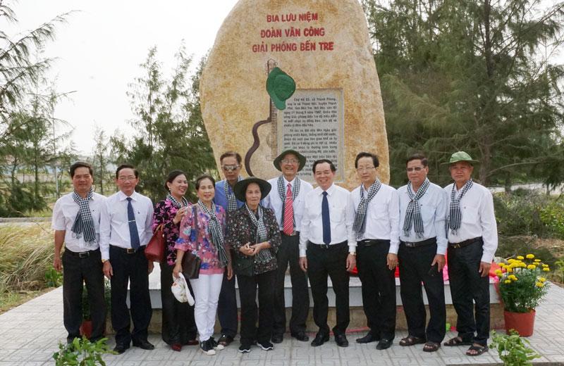 Đại biểu chụp ảnh lưu niệm tại buổi lễ khánh thành Bia lưu niệm Đoàn Văn công giải phóng Bến Tre. Ảnh: Q.Hùng