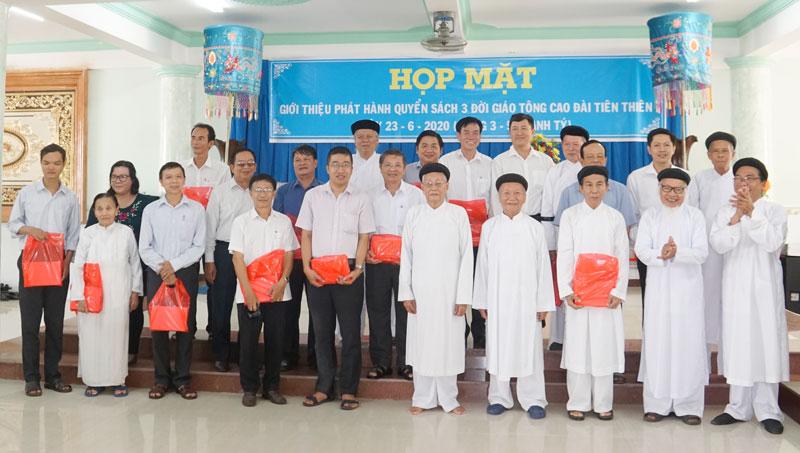 Ban Tổ chức trao tặng sách cho các tín đồ và khách mời.