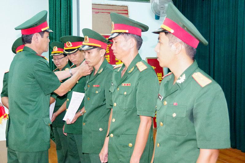 Đại tá Võ Văn Hội, Phó chỉ huy trưởng – Tham mưu trưởng Bộ CHQS tỉnh gắn quân hàm cho các đồng chí đến niên hạn.