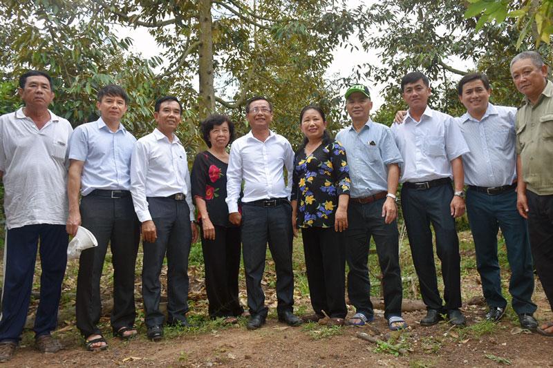 Đoàn làm việc Dự án IFAD Trung ương tại Tổ hợp tác phụ nữ trồng sầu riêng VietGAP, ấp Hàm Luông, xã Tân Phú, huyện Châu Thành.