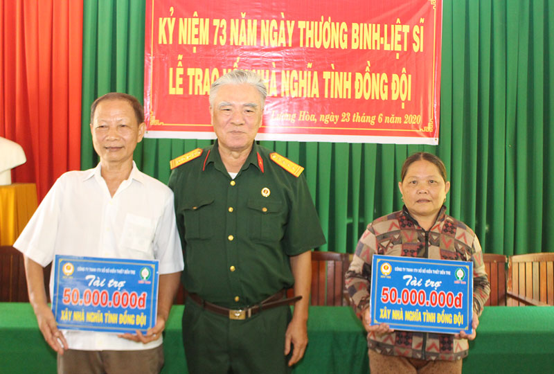 Ông Trần Quốc Việt trao biểu tượng vốn cho 2 gia đình được hỗ trợ.