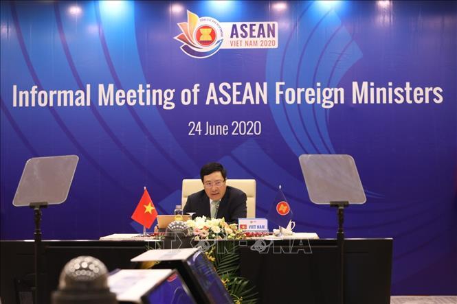 Phó thủ tướng, Bộ trưởng Bộ Ngoại giao Phạm Bình Minh chủ trì Hội nghị không chính thức Bộ trưởng Ngoại giao ASEAN. Ảnh: Văn Điệp/TTXVN