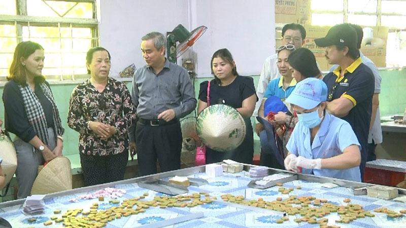 Đoàn tham quan cơ sở sản xuất kẹo dừa Tuyết Phụng và trải nghiệm thực tế chợ nổi dừa trên sông Thom.