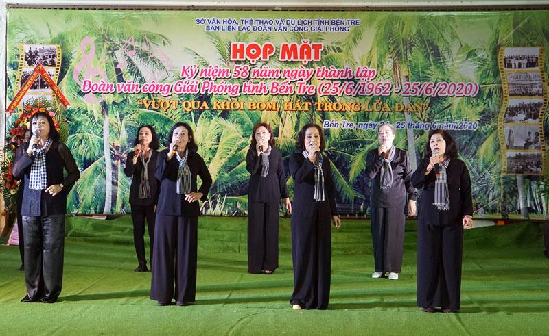 Một tiết mục biểu diễn của các cô, chú Đoàn Văn công giải phóng tại buổi họp mặt.