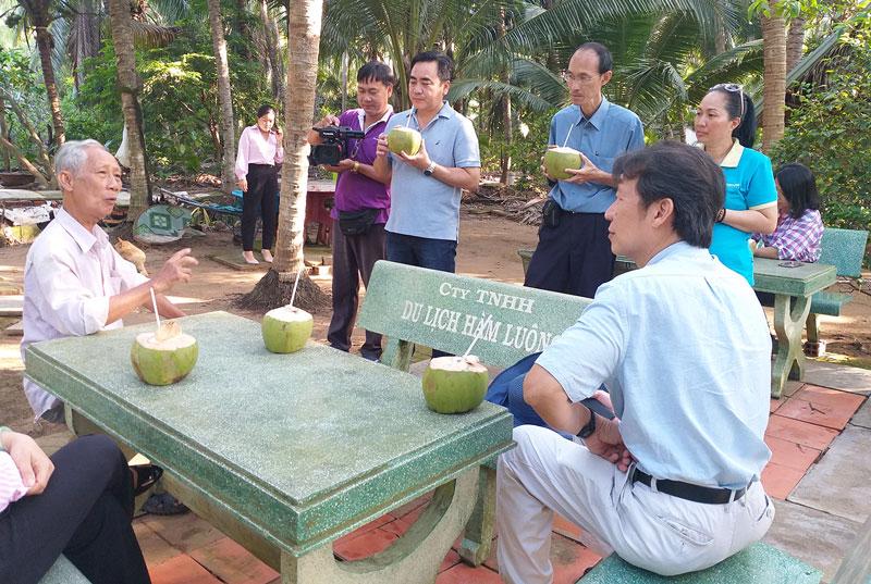 Đoàn khảo sát tham quan tại điểm vườn dừa dứa ông Sáu Điệp (xã Nhơn Thạnh, TP. Bến Tre).
