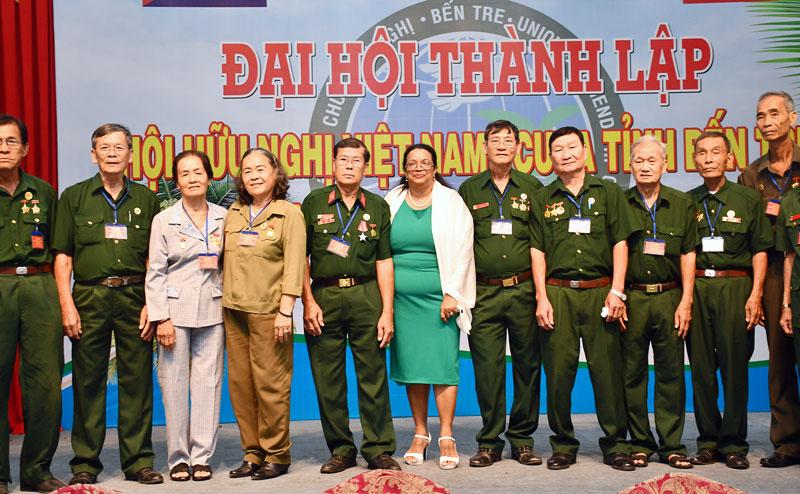 Tổng lãnh sự Cuba tại TP. Hồ Chí Minh chụp ảnh lưu niệm với các đại biểu dự đại hội.