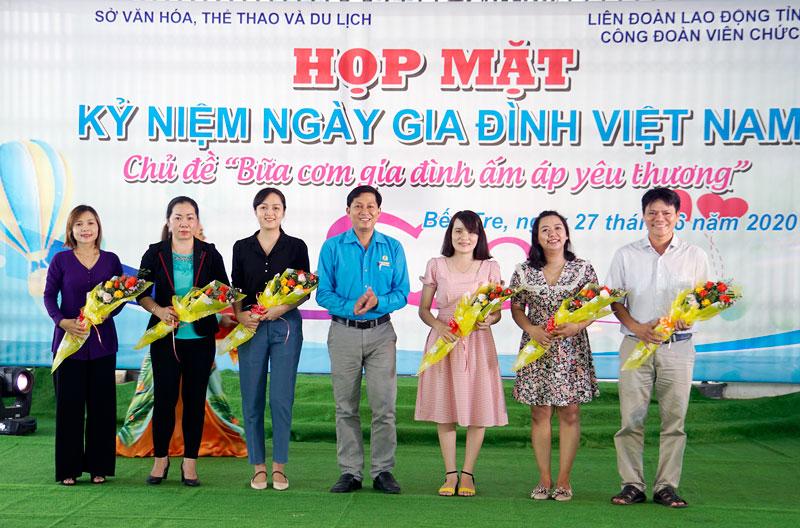 Ban Tổ chức tặng hoa cho các đội tham dự.