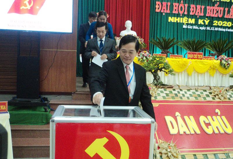 Đoàn chủ tịch bỏ phiếu bầu Ban Chấp hành nhiệm kỳ mới tại Đại hội Đảng bộ huyện Mỏ cày Bắc.