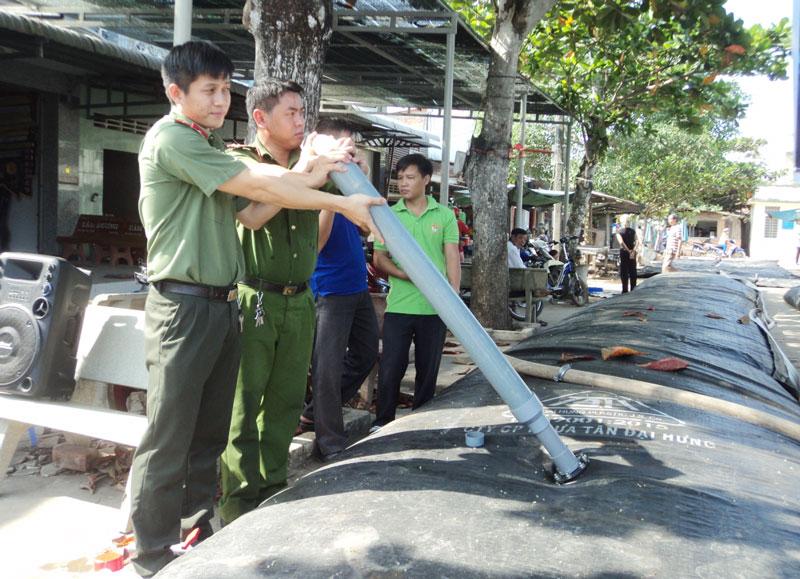 Lực lượng tham gia cấp nước ngọt cho người dân trong đợt hạn mặn.