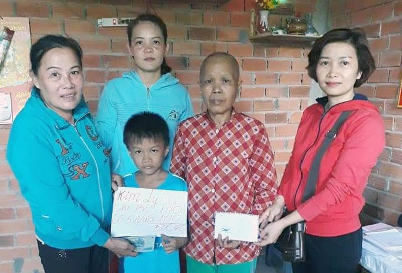 Chị Nguyễn Yến Linh (bìa phải) trao quà hỗ trợ cho người nghèo. Ảnh: H. Trâm
