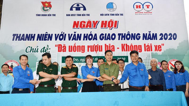 Đại biểu các đơn vị ký kết đảm bảo an toàn giao thông.