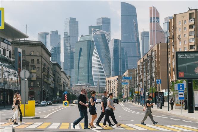 Người dân di chuyển trên đường phố tại Moskva, Nga, ngày 9-6-2020. Ảnh: THX/ TTXVN