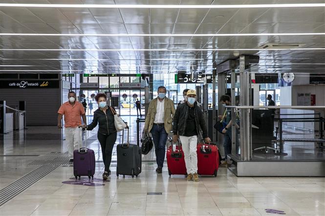 Hành khách tại một nhà ga ở Barcelona, Tây Ban Nha ngày 19-6-2020. Ảnh: THX/TTXVN