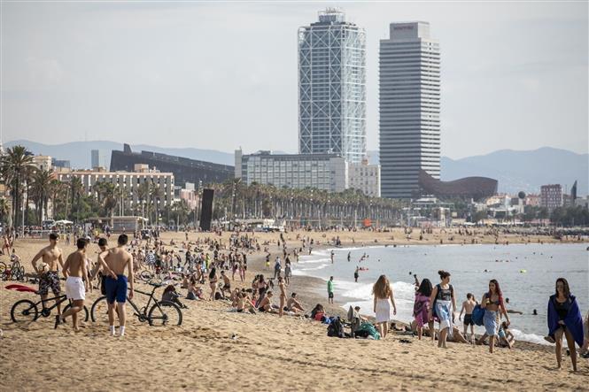 Người dân tập trung tại bãi biển ở Barcelona, Tây Ban Nha ngày 19-6-2020. Ảnh: THX/TTXVN