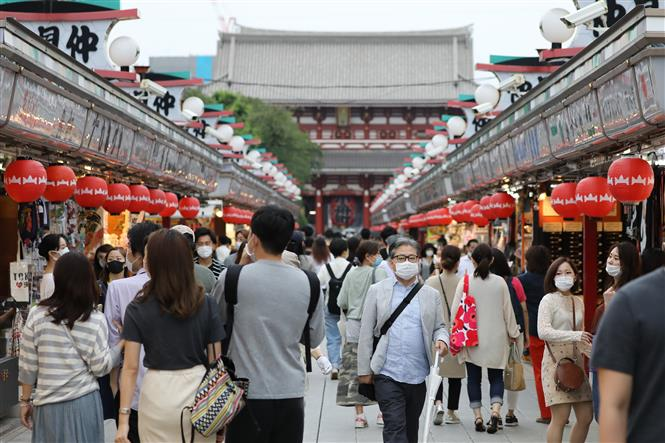 Người dân đeo khẩu trang phòng lây nhiễm COVID-19 tại Tokyo, Nhật Bản, ngày 21-6-2020. Ảnh: THX/ TTXVN