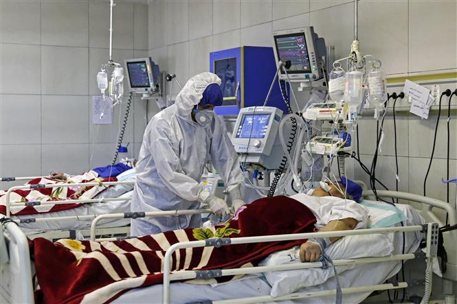 Nhân viên y tế điều trị cho bệnh nhân COVID-19 tại bệnh viện ở Tehran, Iran, ngày 1-3-2020. Ảnh: AFP/ TTXVN
