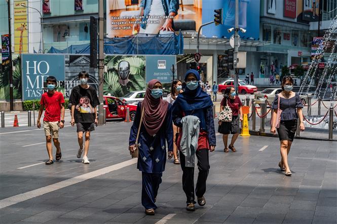Người dân đeo khẩu trang phòng lây nhiễm COVID-19 tại Kuala Lumpur, Malaysia. Ảnh: AFP/TTXVN
