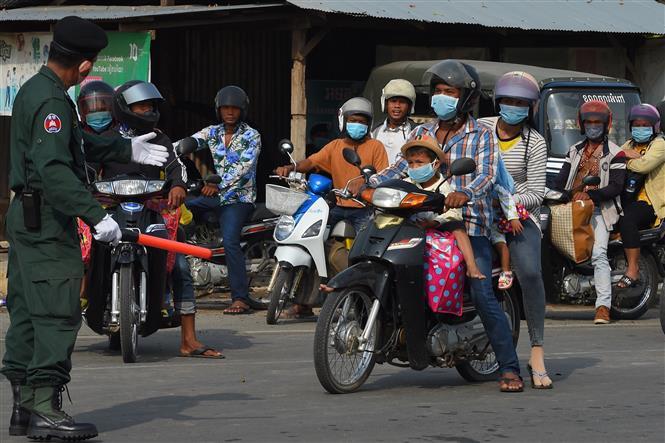Người dân đeo khẩu trang phòng dịch tại Campuchia. Ảnh: AFP