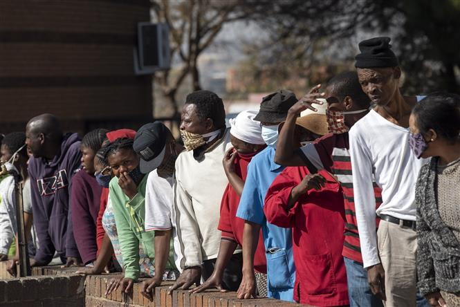 Người dân xếp hàng nhận thức ăn cứu trợ tại Johannesburg, Nam Phi ngày 5-6-2020. Ảnh: THX/TTXVN