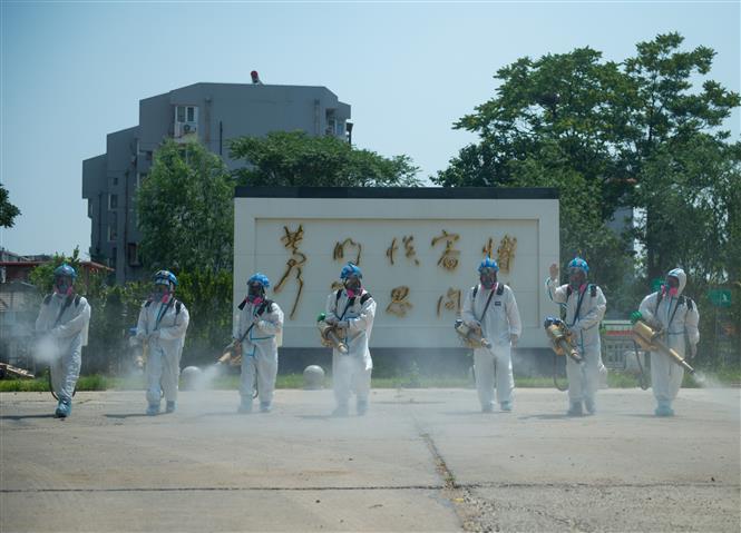Phun thuốc khử trùng nhằm ngăn chặn sự lây lan của dịch COVID-19 tại Bắc Kinh, Trung Quốc, ngày 21-6-2020. Ảnh: THX/TTXVN