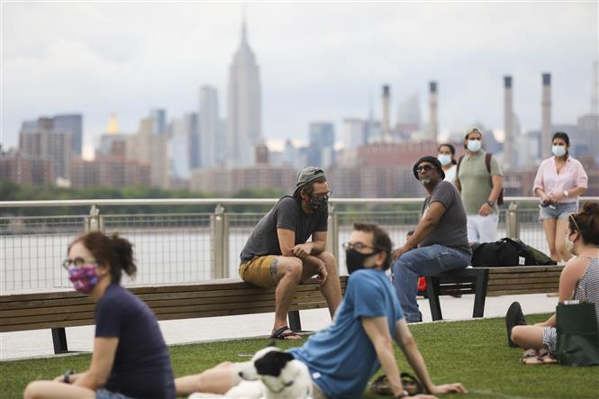 Người dân đeo khẩu trang phòng lây nhiễm COVID-19 tại New York, Mỹ, ngày 27-6-2020. Ảnh: THX/TTXVN