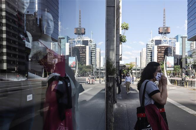 Người dân đeo khẩu trang phòng lây nhiễm COVID-19 tại Sao Paulo, Brazil, ngày 8-6-2020. Ảnh: THX/ TTXVN