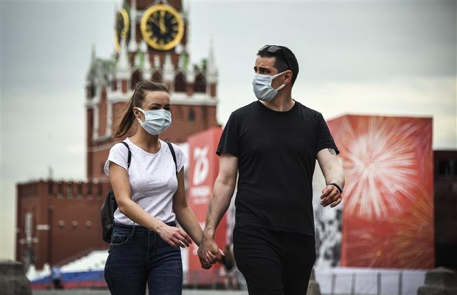 Người dân đeo khẩu trang phòng dịch COVID-19 tại Moskva, nga ngày 15-6-2020. Ảnh: AFP/TTXVN