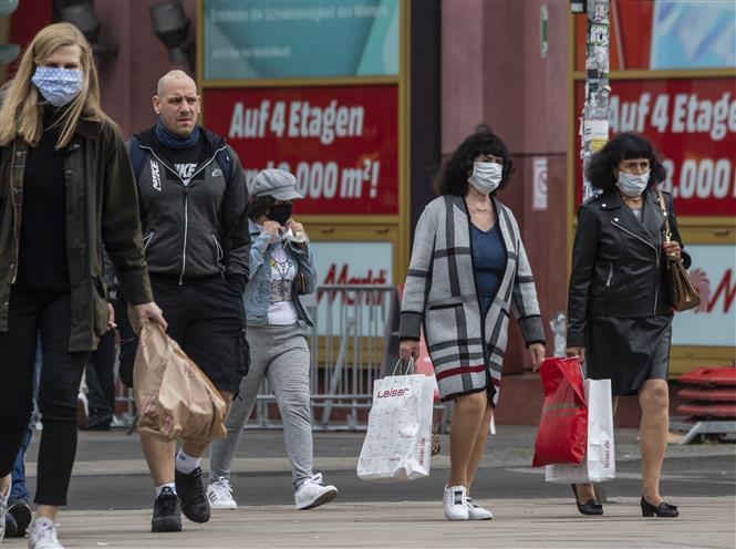 Người dân đeo khẩu trang phòng dịch COVID-19 tại Berlin, Đức ngày 29-4-2020. Ảnh: AFP/TTXVN