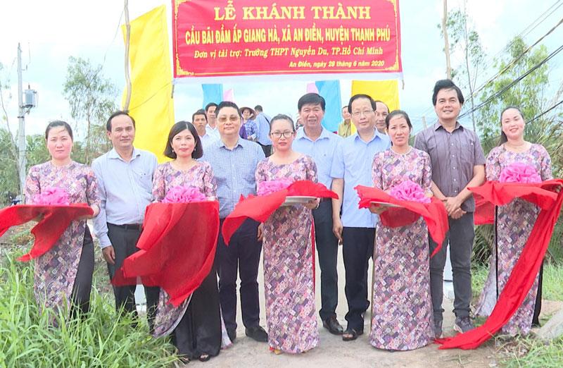 Lãnh đạo tỉnh, huyện và nhà tài trợ cắt băng khánh thành cầu ở xã An Điền.