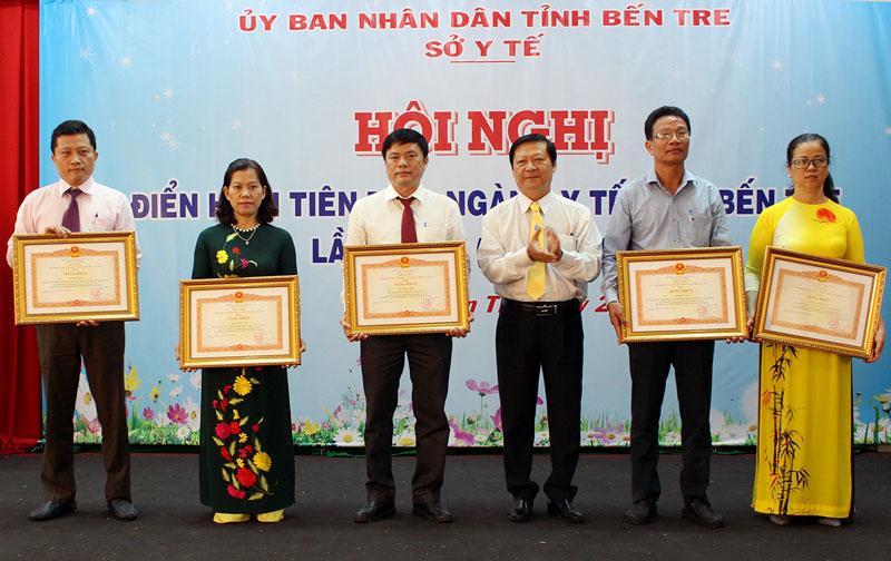 Cá nhân nhận Bằng khen của Thủ tướng Chính phủ. Ảnh: Phan Hân