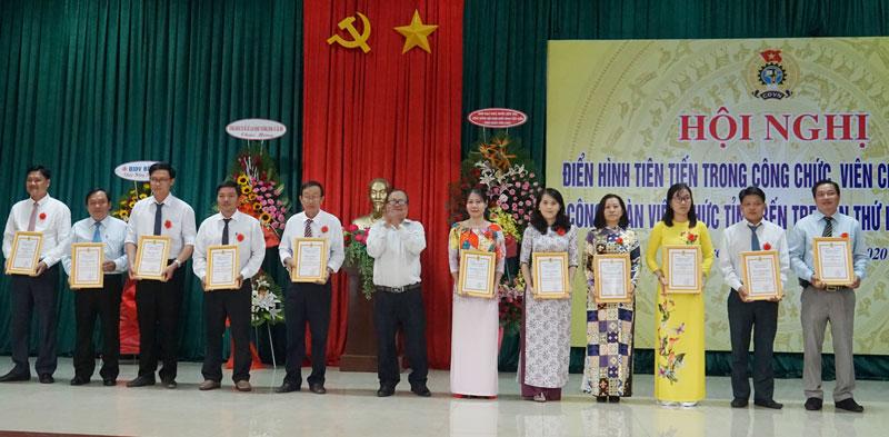 Các cá nhân tiêu biểu được nhận giấy chứng nhận của Công đoàn Viên chức tỉnh.
