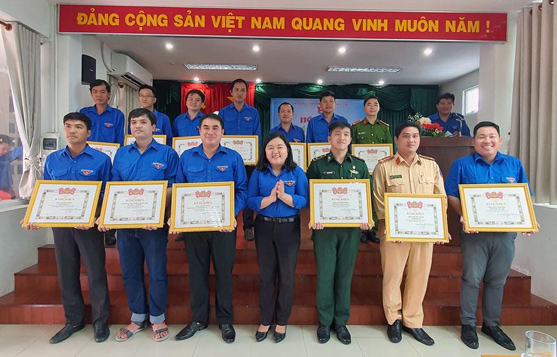 Phó bí thư Thường trực Tỉnh Đoàn Lâm Như Quỳnh tặng bằng khen cho đại diện các tập thể tiêu biểu trong công tác phòng chống hạn mặn và dịch Covid-19.