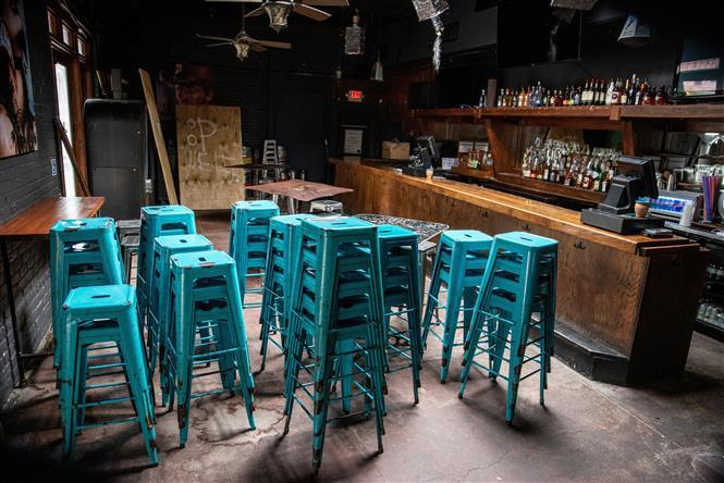 Một quán bar đóng cửa lại do dịch COVID-19 tại bang Texas, Mỹ ngày 26-6-2020. Ảnh: AFP/TTXVN