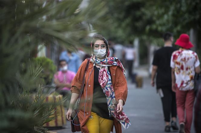 Người dân đeo khẩu trang phòng lây nhiễm COVID-19 tại Tehran, Iran, ngày 28-6-2020. Ảnh: THX/TTXVN
