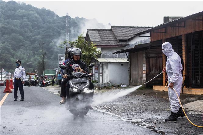 Khử trùng các phương tiện nhằm ngăn dịch COVID-19 bùng phát tại Karo, Bắc Sumatra, Indonesia ngày 20-6-2020. Ảnh: THX/TTXVN