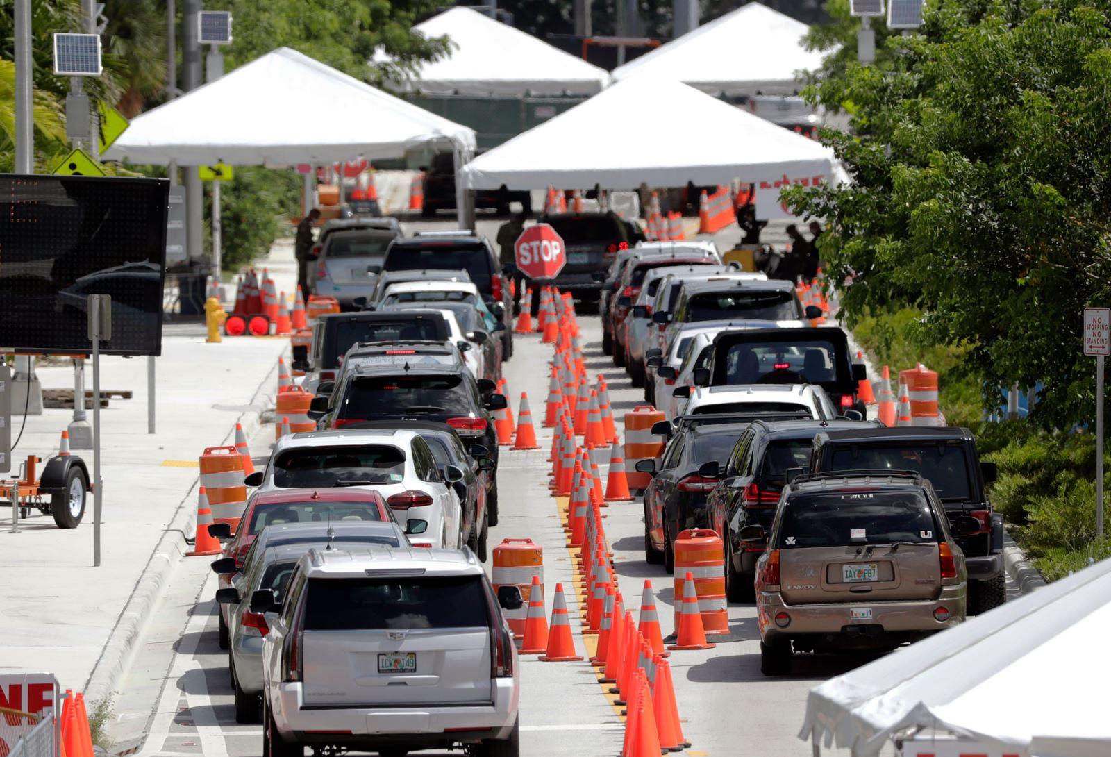 Hàng dài xe ô tô chờ xét nghiệm COVID-19 bên ngoài Trung tâm Hội nghị Miami Beach ngày 26/6 tại Miami, bang Florida, Mỹ. Ảnh: AP