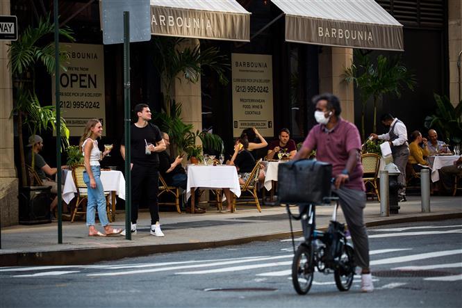 Một nhà hàng mở cửa phục vụ thực khách tại New York, Mỹ ngày 25-6-2020. Ảnh: THX/TTXVN