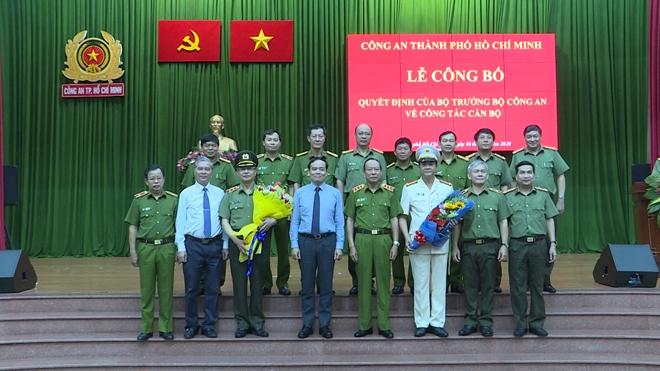 Thứ trưởng Lê Quý Vương cùng lãnh đạo Thành ủy, HĐND, UBND TP Hồ Chí Minh chúc mừng Đại tá Lê Hồng Nam và Trung tướng Lê Đông Phong.