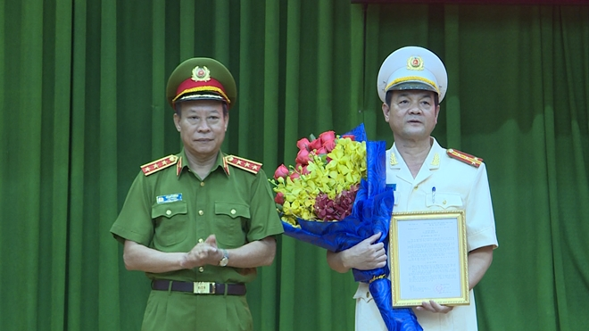 Thượng tướng Lê Quý Vương trao quyết định và chúc mừng Đại tá Lê Hồng Nam.