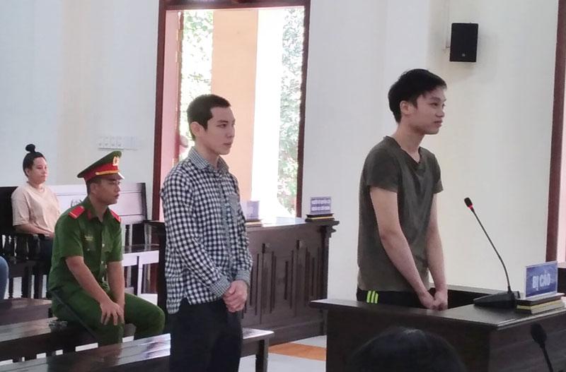 Bị cáo Phạm Văn Phong (phải) và bị cáo Bùi Thế Toàn tại phiên tòa hình sự sơ thẩm ngày 30-6-2020.