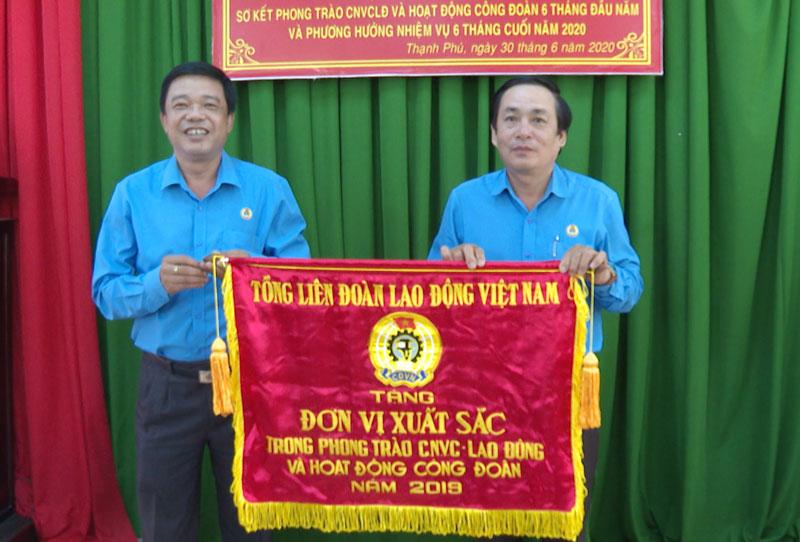 Phó chủ tịch Thường trực Liên đoàn Lao động tỉnh Huỳnh Văn Tấn  trao cờ thi đua do Tổng Liên đoàn Lao động Việt Nam tặng cho Liên đoàn Lao động huyện Thạnh Phú.