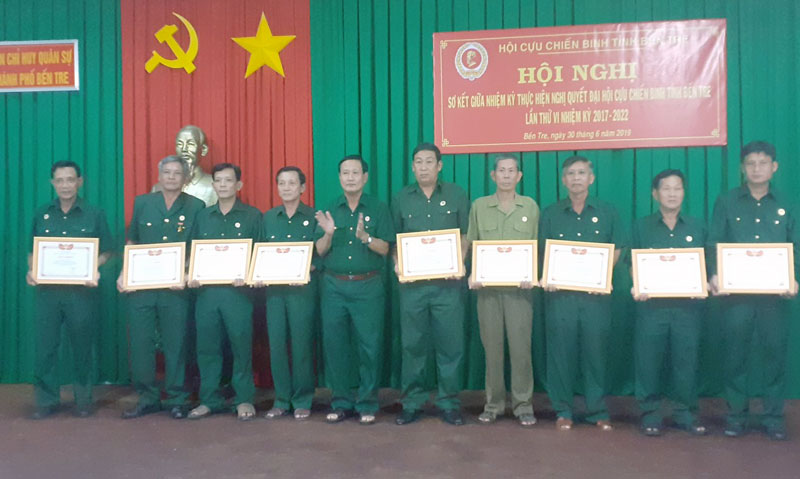 Phó chủ tịch Hội Cựu chiến binh tỉnh Bùi Thanh Khởi tặng giấy khen cho các cá nhân có thành tích.