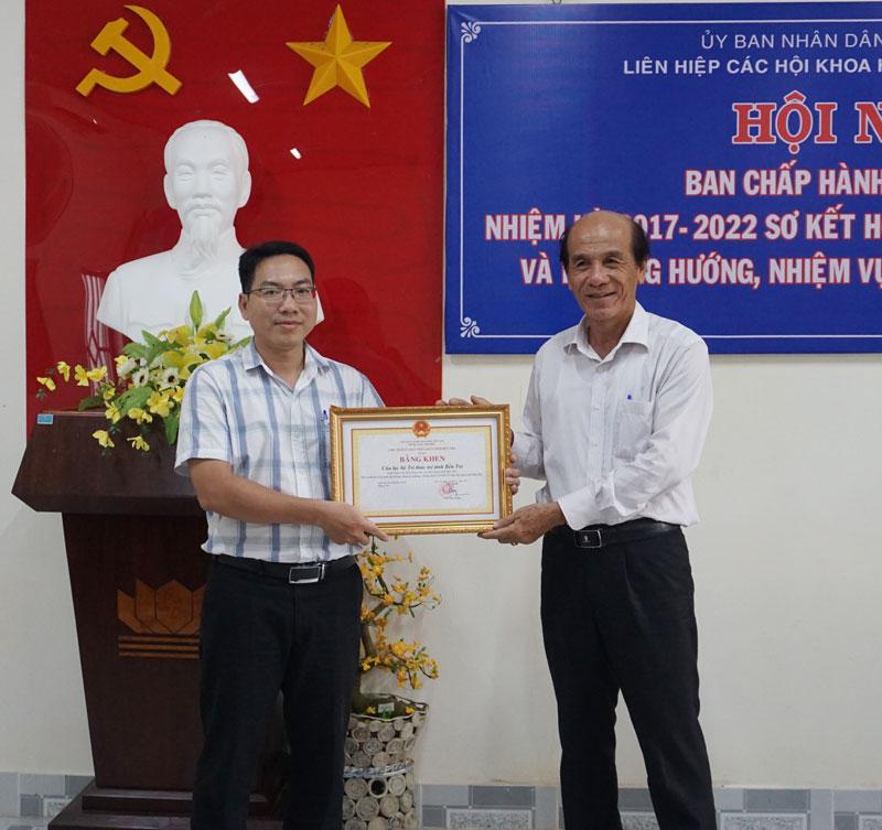 Trao bằng khen của UBND tỉnh cho Chủ nhiệm Câu lạc bộ Trí thức trẻ.