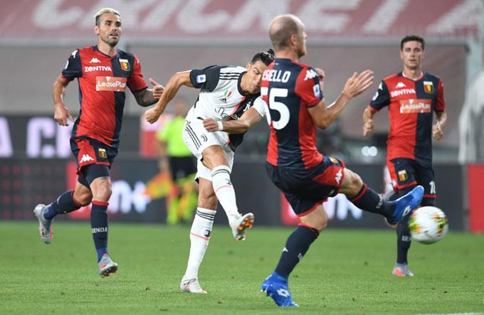 Ronaldo thực hiện cú sút xa siêu đẳng nâng tỷ số lên 2-0 cho Juventus
