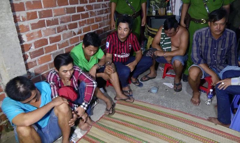 Các đối tượng bị bắt giữ trong vụ lắc tài xỉu ở xã An Định, huyện Mỏ Cày Nam.