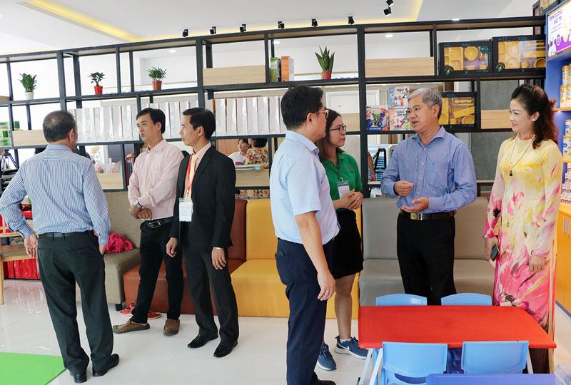 Phó chủ tịch Thường trực UBND tỉnh Nguyễn Văn Đức (thứ 2, phải sang) trao đổi cùng các đại biểu.